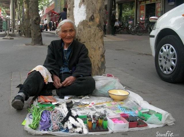 对于在路上遇到乞讨的人问你要钱,到底是给还是不给,这里看过的最好的一个回答