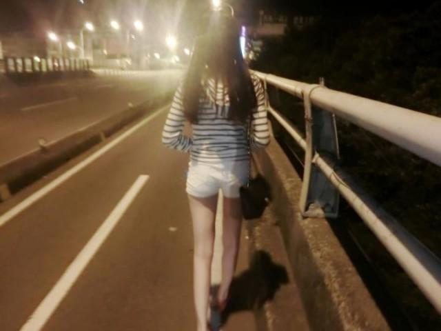 這麼晚正妹穿這樣散步誰受得了 網友:跪求正面照