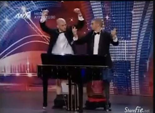 两男子性器官弹钢琴,淡定不了啊!(未成年勿入)