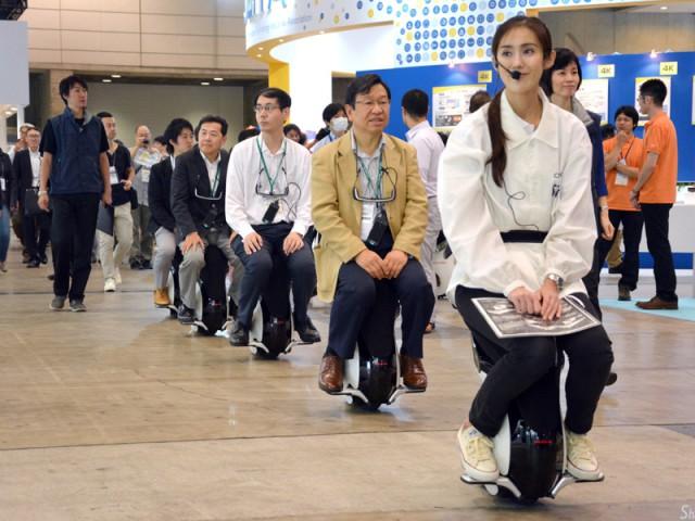 Honda 推出新一代会动的懒人椅子...可惜没有靠背的,使用者要小心,感觉好容易跌。。