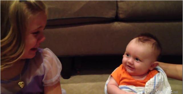 妹妹对着可爱微笑的弟弟大哭了出来。。只为了一个让所有人也都哭笑不得的原因。。【影片】