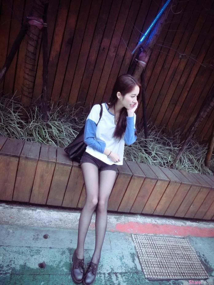 水手服正妹,腿穿黑絲實在太致命了,但有网友就疑惑说腿那么瘦干干的