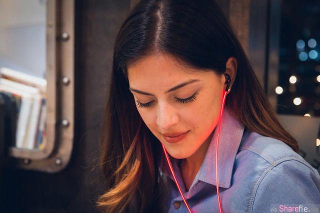 这个耳机新产品带有一个特别的设计,当你戴上他之后别人就知道你在听什么样的歌