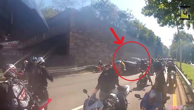 台湾男子在纽约与飞车党发生冲突,遭几十辆重機騎士追逐,最后被拖出車外毆打,场面吓人!