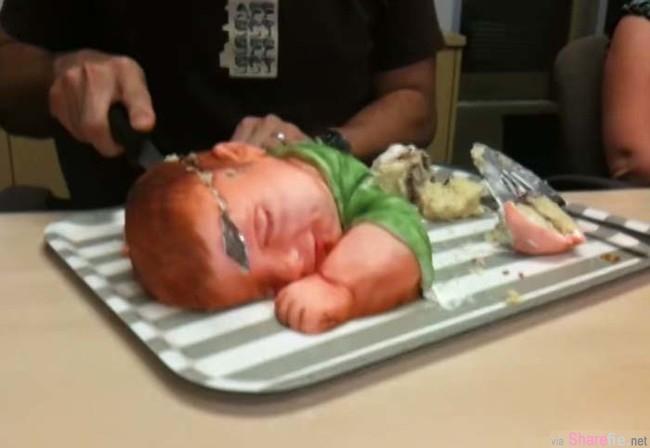 这看起来像婴儿的东西,但接下来影片里男子要做的事绝对让你把吃过的食物都呕出来