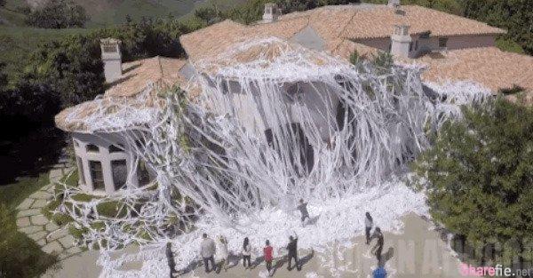 他用了4000多卷衛生紙將朋友的房子圈起來,竟是為這樣一個目的…