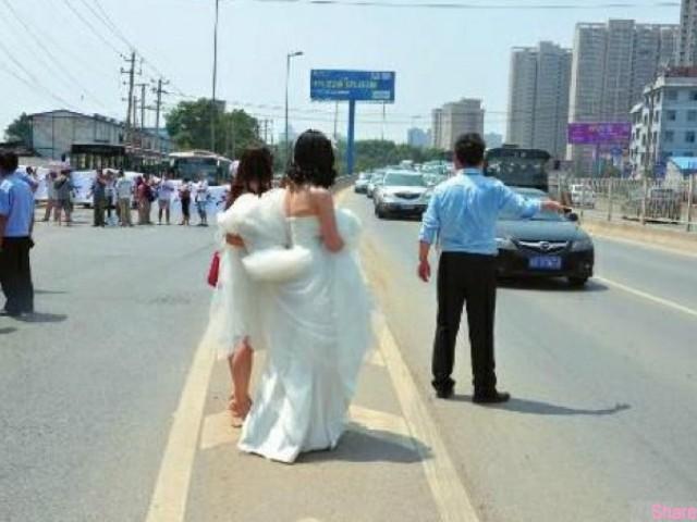 這個新娘 在結婚當天,為了嫁妝 鬧了1個小時不肯上車,沒想到新郎使出大絕招,劇情大逆轉...