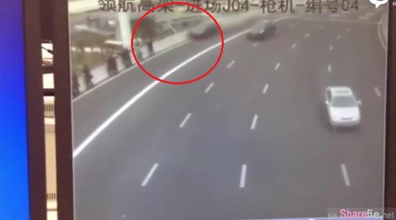 超恐怖!一排30几人遭轿车撞飞3人掉下高速天桥,玩命的站在高速公路就为了。。。
