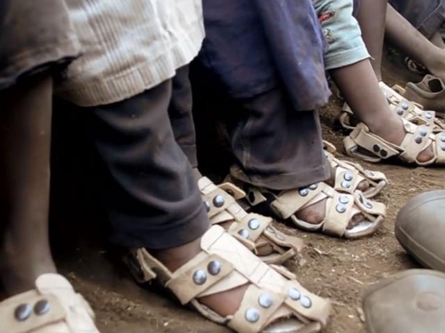 这名男子设计了这款耐穿5年可变大的鞋子,就是为了让买不起鞋子的貧窮小孩不再赤腳走路。