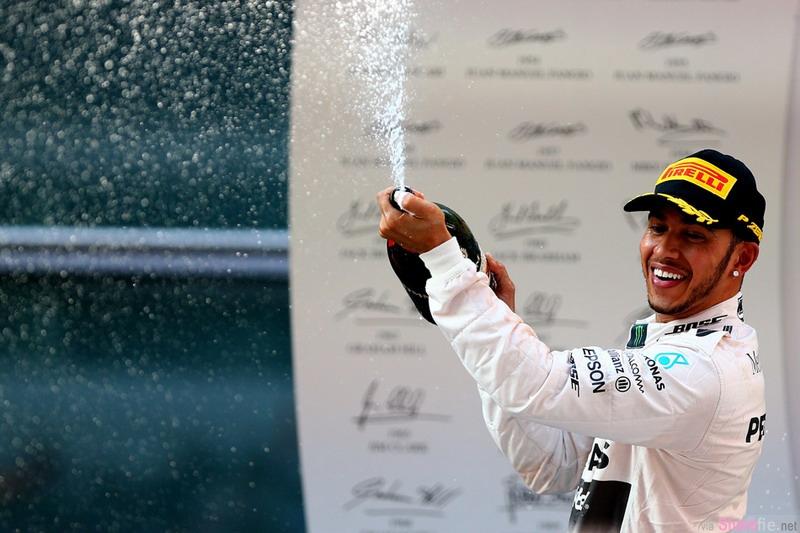 """F1赛车手汉密尔顿夺冠后,竟然拿香槟朝礼仪小姐的脸喷去,遭网友怒批""""放开那个女孩"""""""