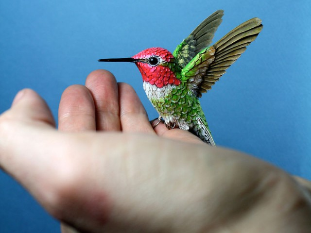 """这位""""鸟人""""用纸张和木材,制作出一只只栩栩如生的小鸟艺术品"""
