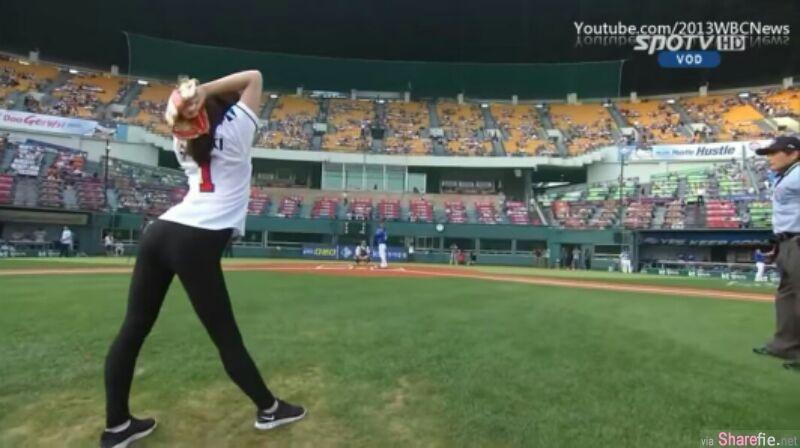 韓星申秀智开出了一个让现场观众惊艳的360度旋轉開球~仅显好身材前凸後翹