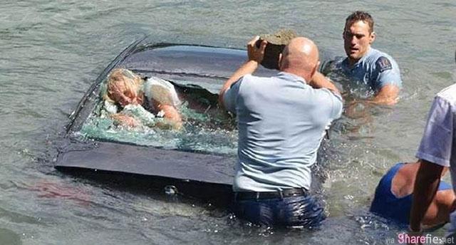 教你一套车子落水自救法。这名女子开车坠入水中,车门一直无法打开,幸好警察赶到。。