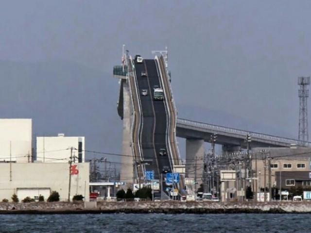 這到底是公路桥还是云霄飞车?日本这座超斜的汽车天桥,车子会不会半途掉下来?