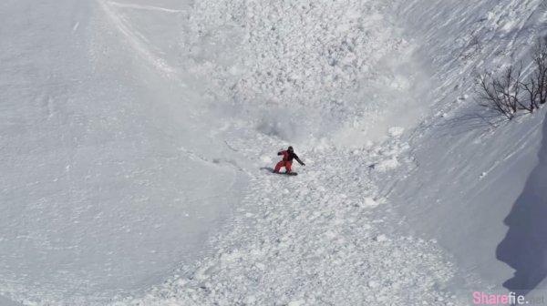 雪崩來襲!滑雪客急逃,不料卻發現还有一隻「什麼」蹦跳橫穿而過...