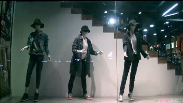 还以为这三位是服装假人模特,但随着音乐响起,其中一名模特竟跳起了也许是世界上最好看的机械舞