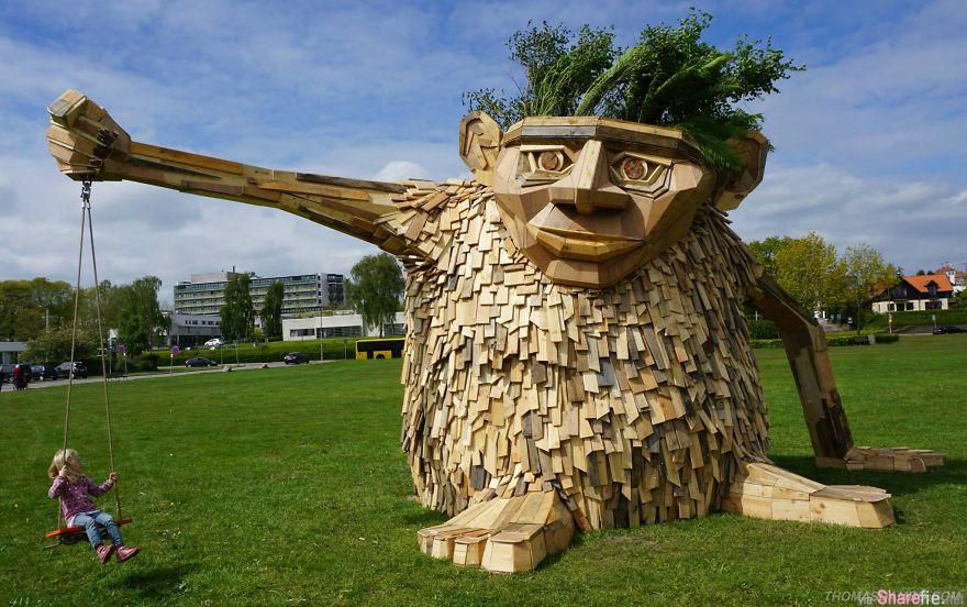 做成下面这些巨型的木质雕塑