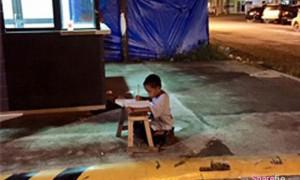 """菲律宾有一个""""凿壁偷光""""的男孩感动了无数网友"""