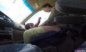 可爱小宝宝迫不及待叹世界,这名超淡定妈妈就这样在车内直接产子,超伟大