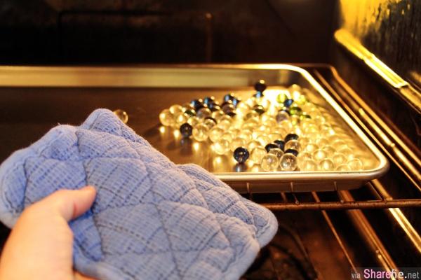 她把玻璃弹珠放进烤箱时,大家以为她在胡闹,当她再把弹珠放进冰水后,神奇的事情发生了