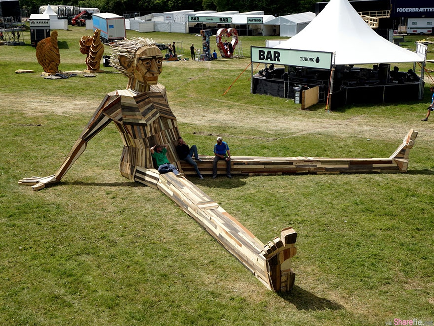 設計師用邊角木料创造超美的巨型怪物雕塑!