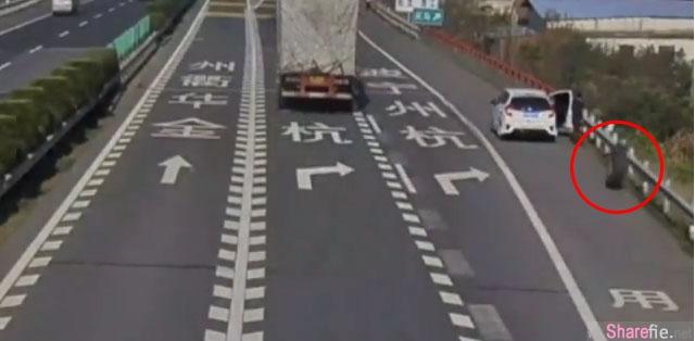 超危险!有事没事千万不要乱停在高速公路旁,一名女子遭大型罗里脱离的轮胎撞飞