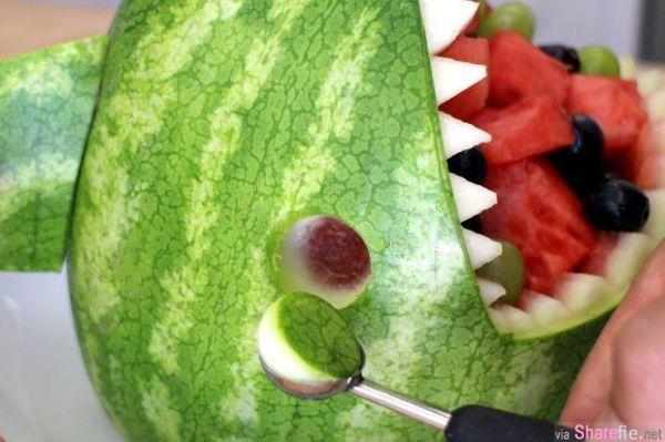 他在西瓜上画了个很奇怪的记号,还说这是最流行的吃法,等他切好后,大家终于恍然大悟!