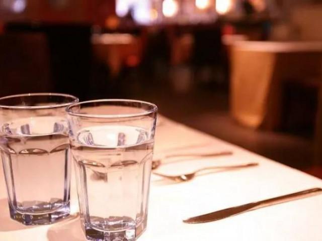 因为一杯水而倒闭的餐厅...!看完后,你明白了吗?到底是店员冷漠,还是客人的问题..?