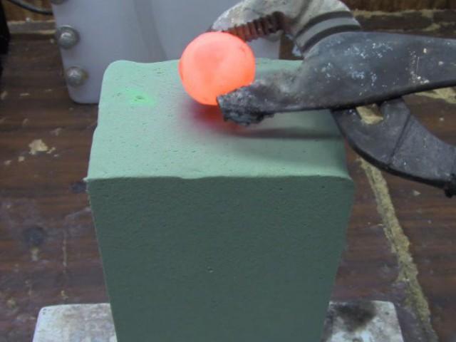 这位男生将烧红火热的镍球放上海绵,接下来发生的变化,太神奇了