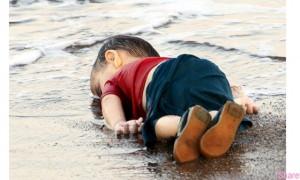 这沙滩上的小男孩今年3岁,本来应该睡在有爸妈呵护的温暖小床上;然而无情的命运,让他成了震撼全世界的悲剧主角...