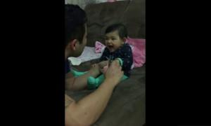 女儿超不想剪指甲,使出了一萌招让爸爸和全球网友都笑翻了