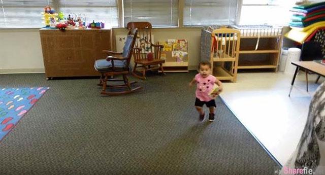 小女孩第一天上学 当发现爸爸终于来时反应...可爱爆表!