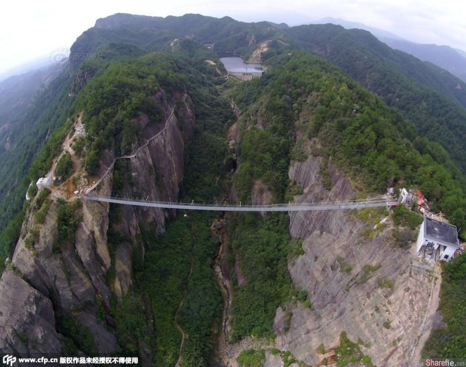 中国湖南平江 全球最长的全透明高空玻璃吊桥 游客被吓到脚已经软了