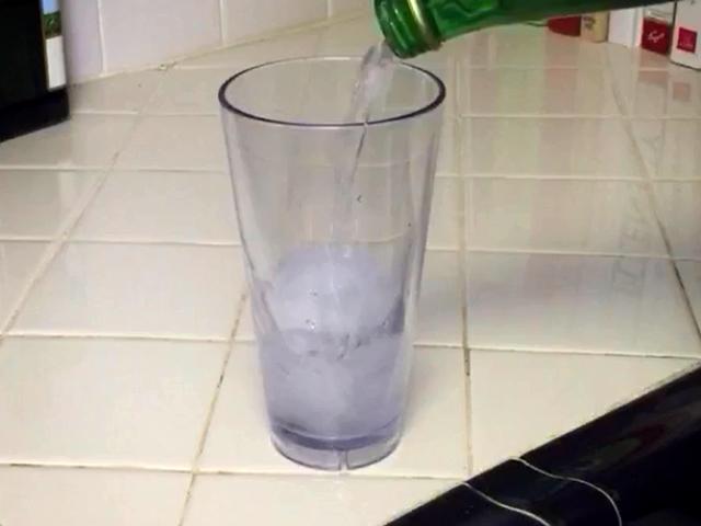 全网路都在争论!在装有冰块的玻璃杯中倒入「神秘液体」  下一秒杯子竟然…