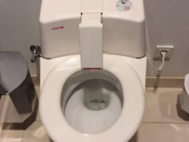 你常因为尿不准被你的另一半骂吗?你需要这个马桶!射歪后就会开始旋转…