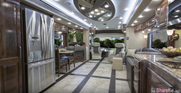 这辆看起来一般的旅巴为什么价值百万美金?进去一看!这根本就是超现代的移动豪宅!
