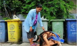 泰国选美冠军跪谢拾荒母 可是她却被揭穿学历造假 主办单位知道后竟然...
