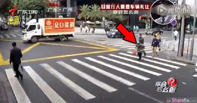 中国街头监控记录一段让人脸红的一幕 看到最后感动了
