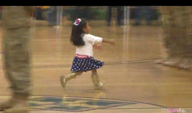 这名小女孩在美军典礼中途冲了出来 结果她下一秒的举动感动了无数网友