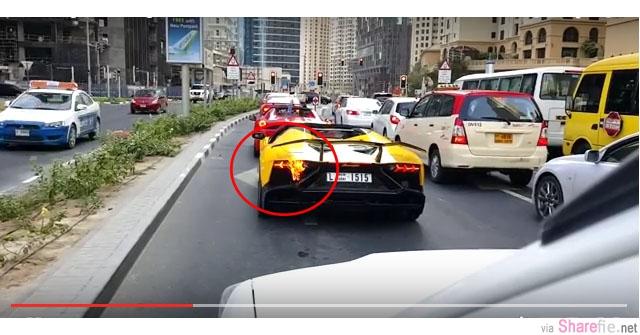 这两辆超级跑车在红灯停了下来后 没想到尾部突然起火 尾随司机大叫 可是来不及了【影片】