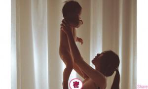 被正妹裸身高举baby的照片神到了!
