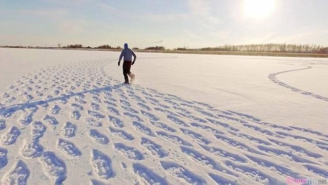 这名男子在雪地上走着走着 ,当大家在高处往下看时, 所有人都被他留下的脚印给震撼了