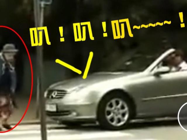 老奶奶过马路被宾士勐按喇叭,她轻轻的「一个动作」竟让车主当场GG...路人全笑翻!