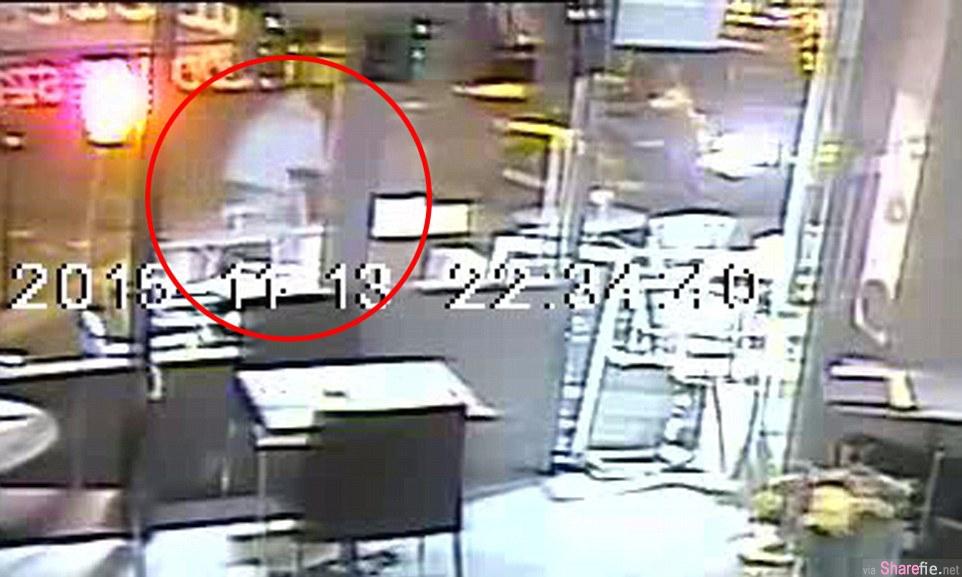巴黎恐袭视频流出  监控录像记录 袭击者拿AK47顶在女生头部,但幸运之神让她逃过一劫