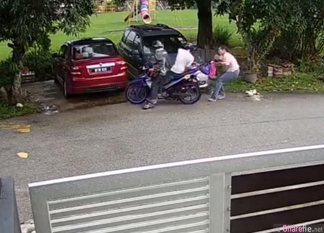 女子遇掠夺匪抢手袋 抗匪过程全被屋前的闭路电视摄下