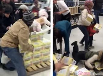 美国2015年黑色星期五,一位女士竟然抢小孩的东西...