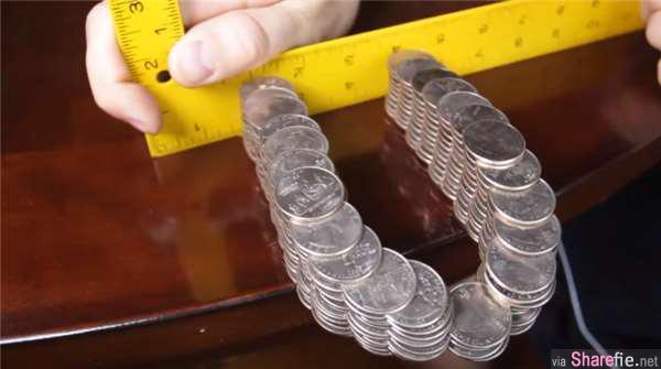 这个磁铁形状的钱币桥 不用任何的胶水粘纸就可以悬挂在桌边