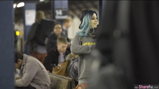 地铁里一位女孩正在演奏 她的真实身分竟是…