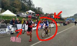 这名即将夺得季军的自行车手 突然发生爆胎 后面来的车手竟然这么做!全场都激动了