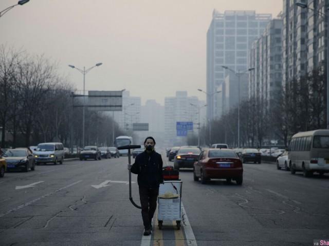 他用吸尘器收集北京雾霾 100天的灰尘做成一块砖